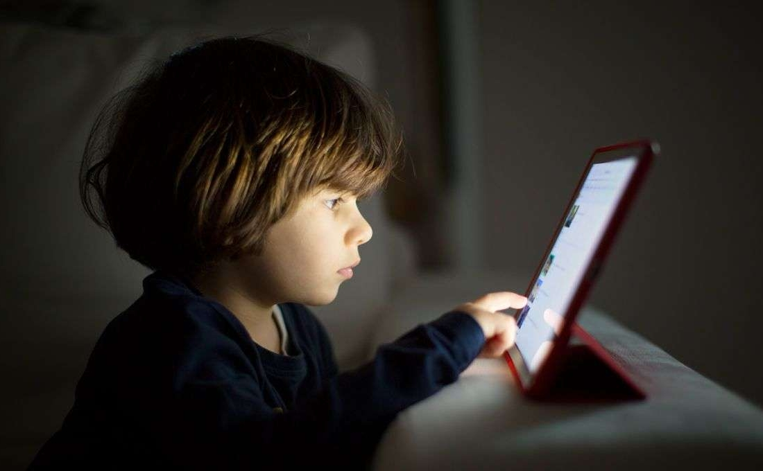 femija para ekranit, internet, telefon, celular, teknologji, facetime, youtube