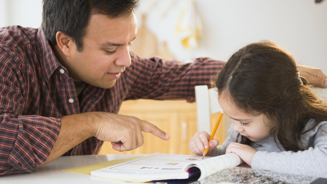 A eshte e gabuar ti ndihmojme femijet per detyrat e shtepise?