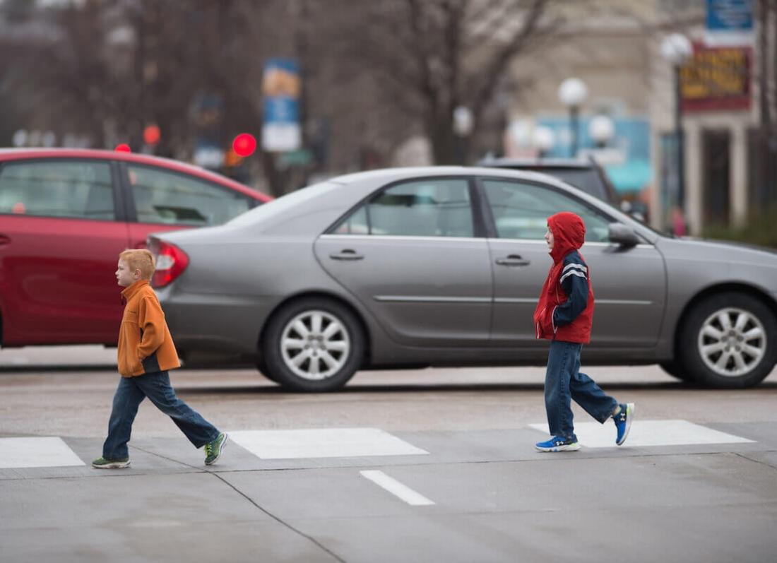 femija duke kaluar rrugen vetem, kalimi i rruges, siguria e femijes ne rruge