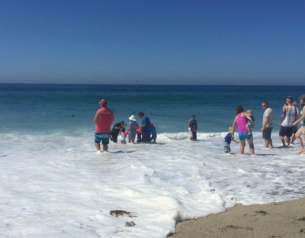 femijet dhe prinderit ne det , femija ka frike nga deti, femija ne plazh, lira gjika