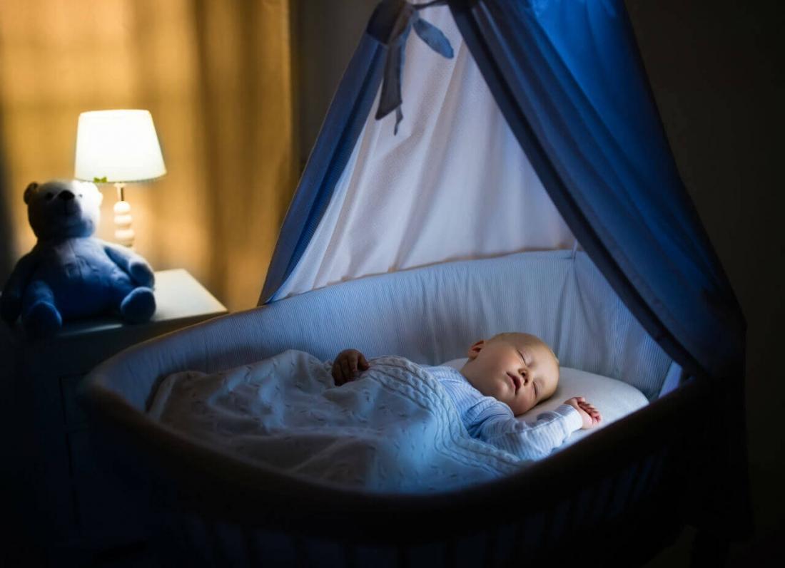 qetesi kur fle femija, a duhet qetesi kur fle femija, gjumi i bebit