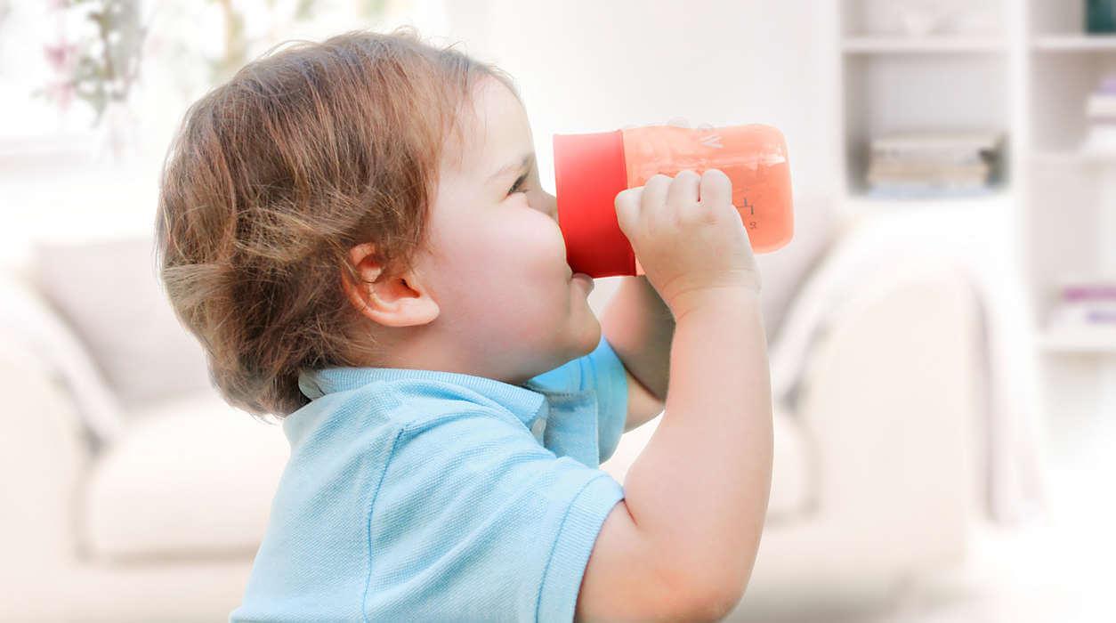 si ta mesoj femijen te pije nga gota pa e derdhur