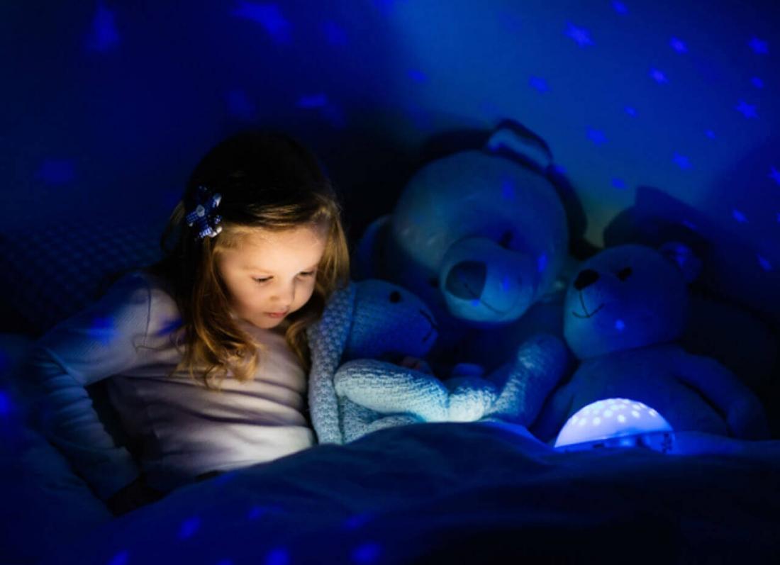 femija zgjohet naten per te luajtur, gjumi i femijeve