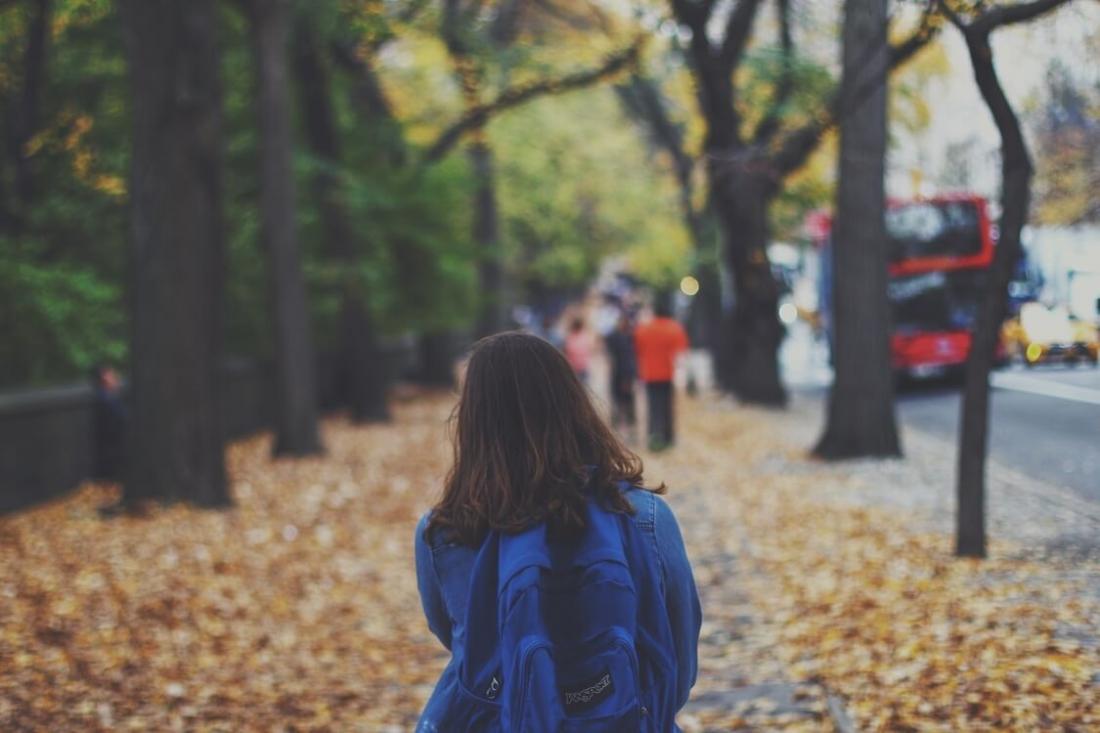 vajza shkon vetem ne shkolle, edukimi i femijeve, femije te pergjegjshem
